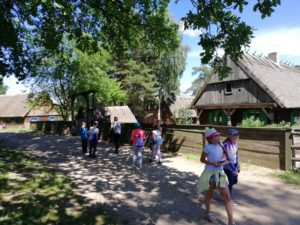 Regionalne wyjazdy edukacyjne klas do Fromborka, Olsztynka, Gietrzwałdu oraz Nowego Kawkowa.